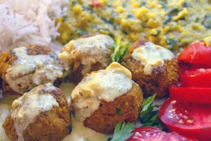 Assiette de boulettes indiennes au soja, riz basmati et dhal de lentilles corail