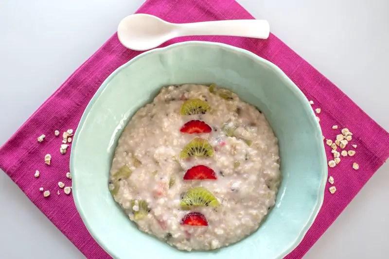 Joli bol de Bouillie maison aux flocons d'avoine et aux fruits