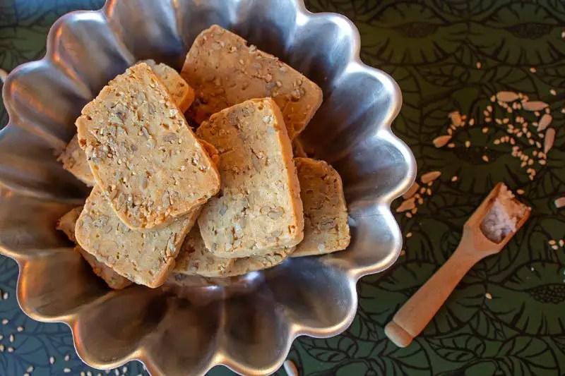 Sablés d'apéritif à la farine d'épeautre et aux graines dans un moule à gâteau