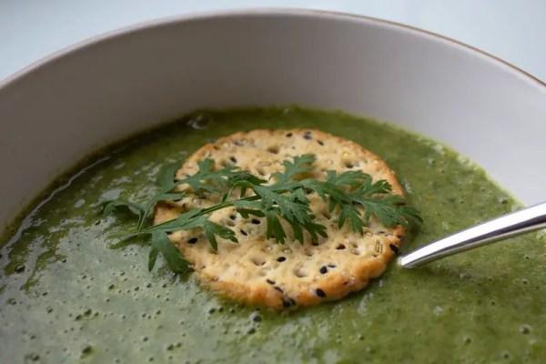 Assiette de soupe de légumes aux fanes de carottes