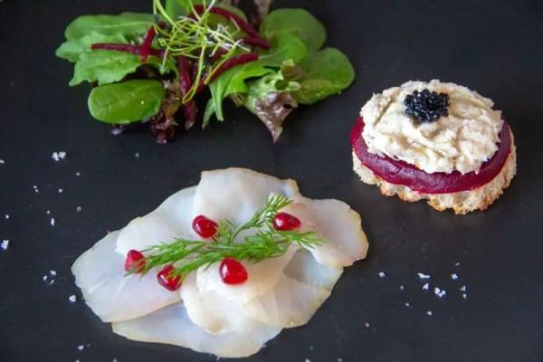 Assiette de morue, toast de morue et salade d'hiver