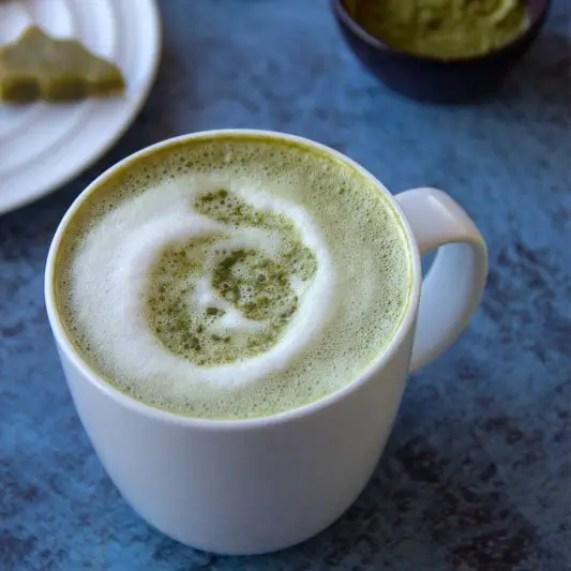 Tasse de lait au thé Matcha