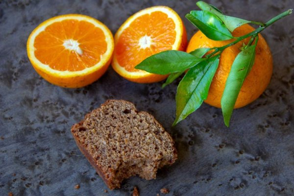 demi part de pain d'épices et oranges