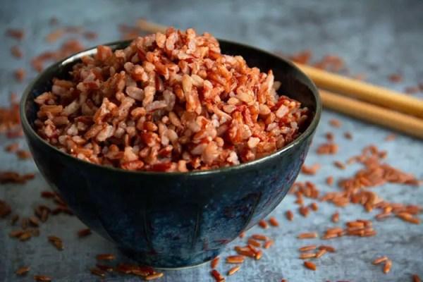 Bol de riz rouge cuit