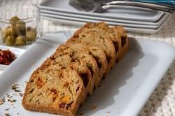 Cake au chouriço, tomates séchées et olives vertes