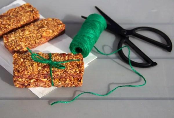 Barres énergétiques à la pâte de dattes, avoine et fruits secs