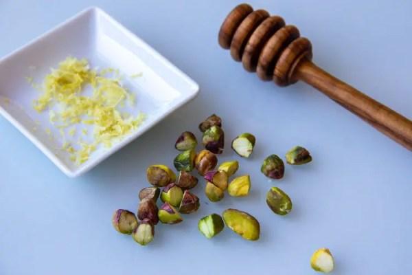 Zeste de citron et pistaches crues