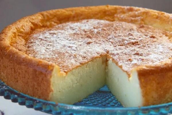 Gâteau au fromage blanc et citron vert coupé