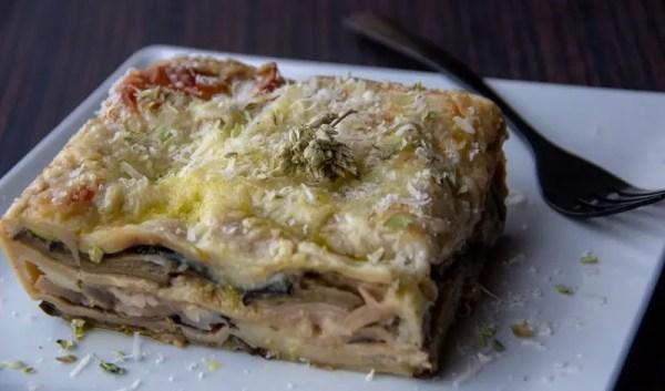 Part de lasagnes aux aubergines rôties