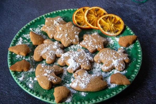 Assiette de biscuits au pain d'épices