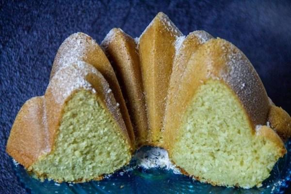 Bundt-cake à la noix de coco coupé