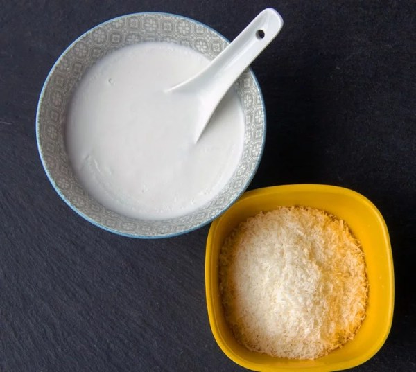 Tasse lait de coco crémeux et noix de coco râpée
