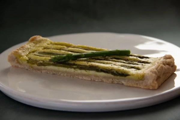 Part de tarte fine aux asperges vertes