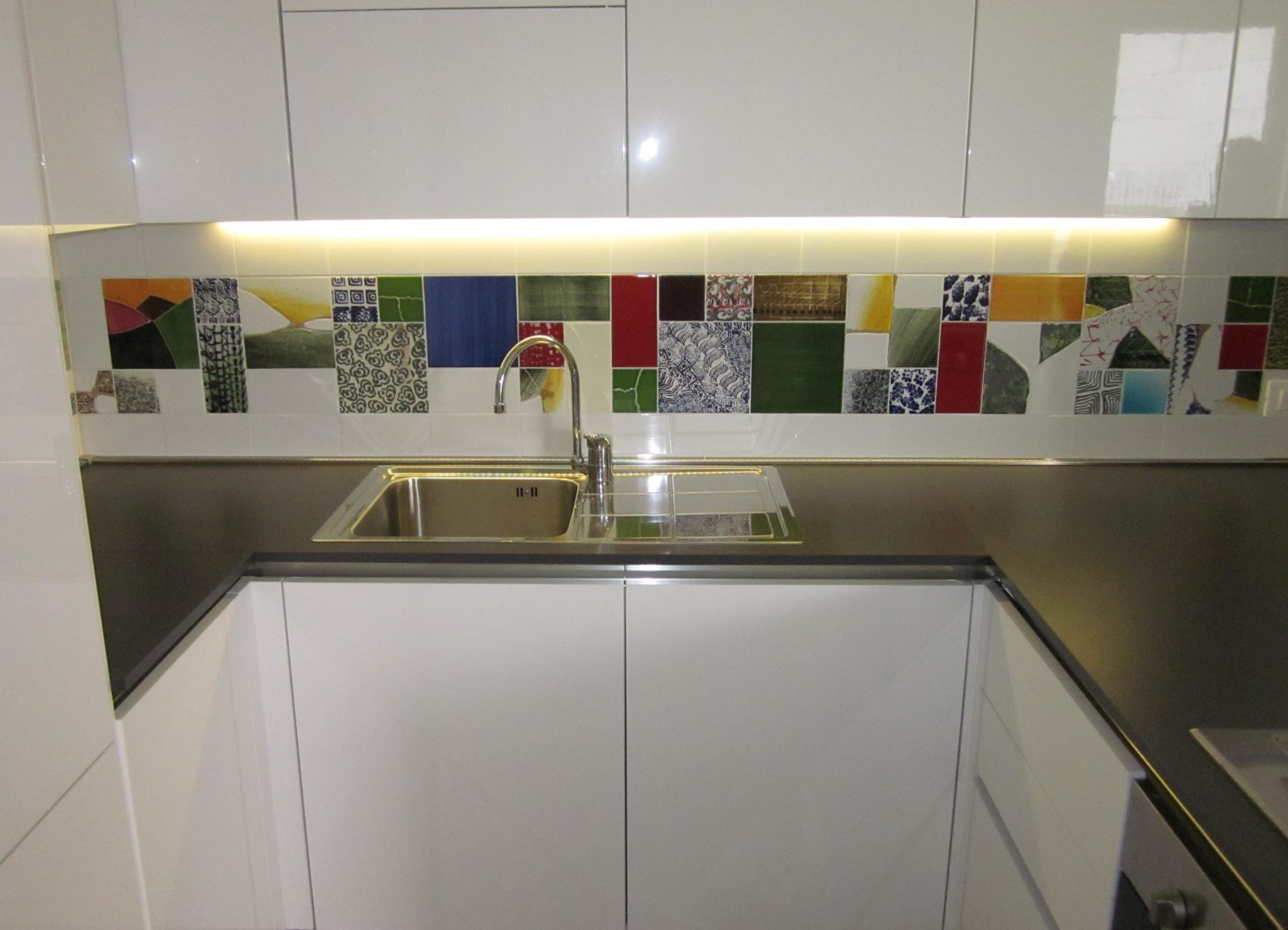 Coprire Piastrelle Cucina Con Pannelli tra basi e pensili in cucina - lineatre - kucita - gli