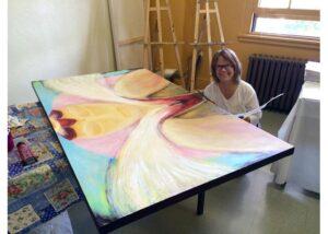 Line Blouin avec son tableau