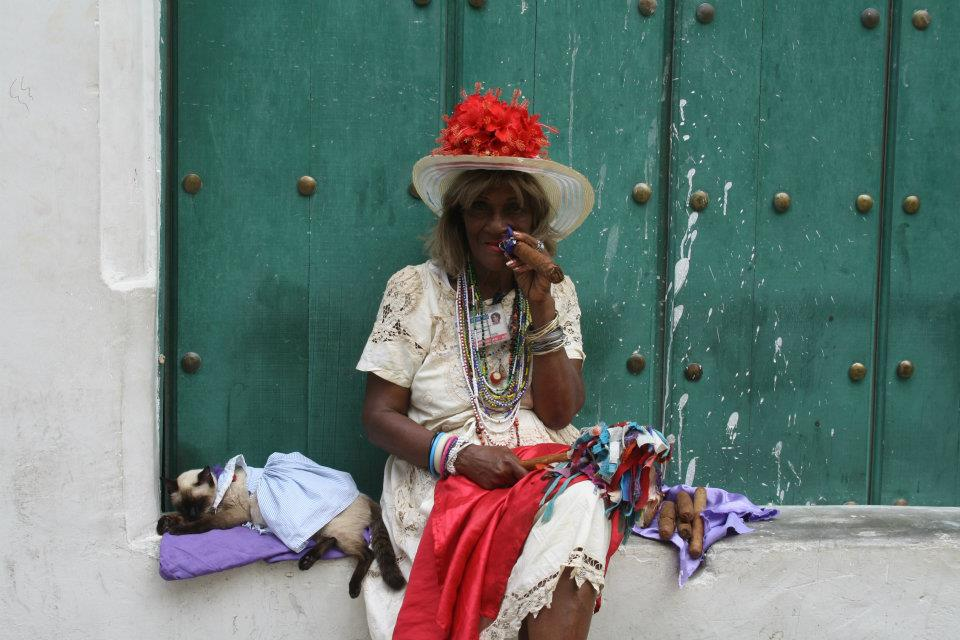 Cubaanse dame met sigaar in Havana