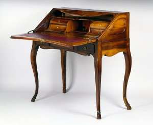 writing desk = bureau UK)