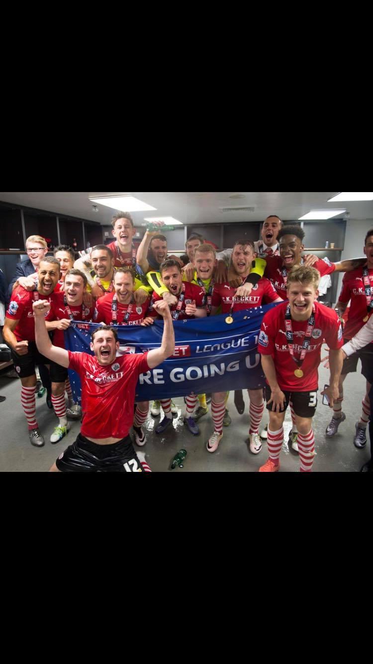 Jogadores do Barnsley comemorando o acesso inacreditável em Wembley