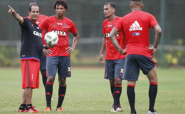 Mesmo com nomes badalados, como Muricy Ramalho, Guerrero e Willian Arão, o Flamengo ainda não conseguiu embalar em 2016