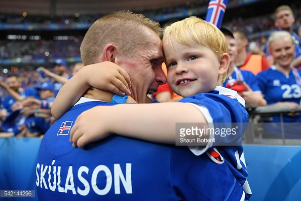 Lateral Skulason comemora vitória com o filho. Sim, a Uefa quer proibir cenas como essa