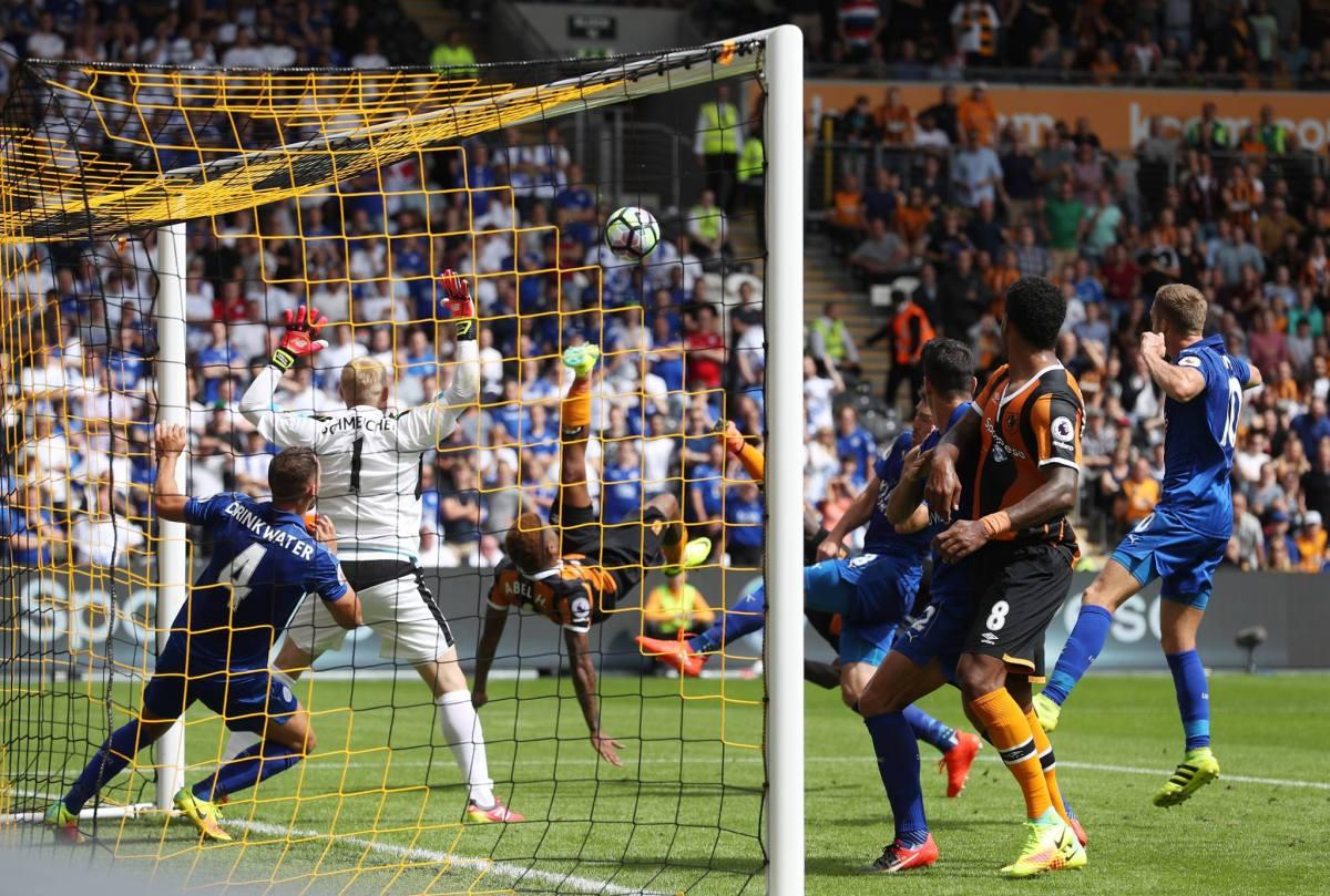 O gol de Tsubasa do Hull City: Abel Hernandez e Diomandé deram a bicicleta e acertaram a bola ao mesmo tempo para mandar para as redes. Gol foi creditado para Diomandé. Foto: Facebook Premier League