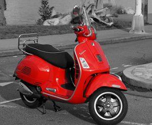 Vespa rossa. Lo scooter italiano per eccellenza