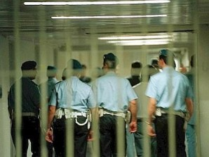 foto articolo protesta poliziotti carcere