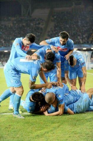 Higuain sommerso dai compagni dopo il goal del 3-2