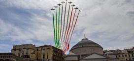 Frecce tricolori a Napoli: lo show acrobatico in onore delle vittime del Covid-19