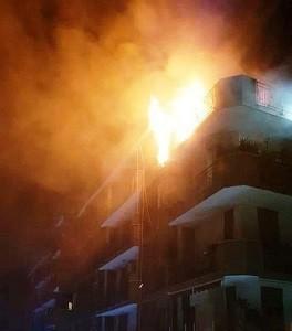 Spaventoso incendio devasta un appartamento: paura nella notte a Napoli