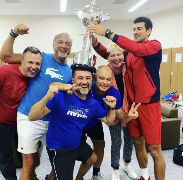 Prosegue in Asia la rincorsa alle ATP Finals. Novak Djokovic festeggia con il suo Team la vittoria nel torneo di Tokyo