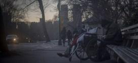 Il dramma dei senzatetto: fame, freddo e dormitori chiusi
