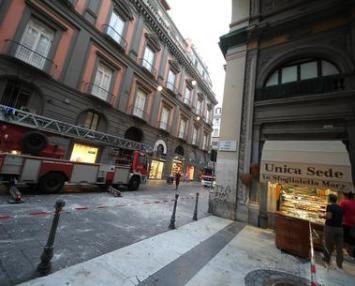 Cadono calcinacci in via Toledo a Napoli, grave un ragazzo
