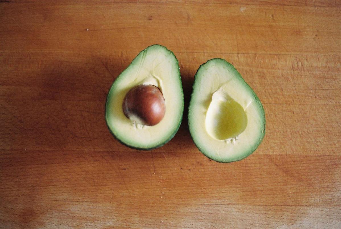 Nocciolo Di Avocado In Acqua come mangiare un avocado: trucchi per sceglierlo, aprirlo e
