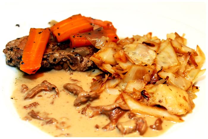 Kokt kotlett med stekt vitkål på skysås och kantarellsås