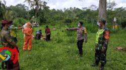 Bhabinkamtibmas Desa Yangapi Bersama Babinsa Melaksanakan Pengamanan Dan Pemantauan Pemakaman Jenazah Terkonfirmasi Covid-19