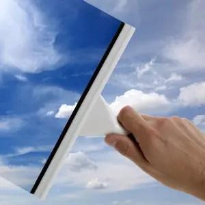 le vinaigre blanc peut aussi servir à nettoyer les vitres.
