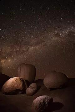 la voie lactée au-dessus des rochers