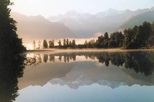 la brume au loin, le reflet de la montagne sous la lumière du petit matin n'en