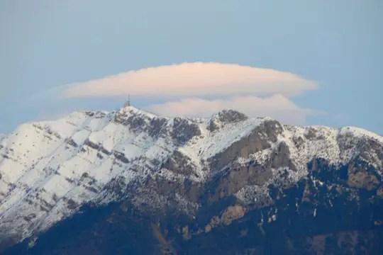 pileus au-dessus de la montagne