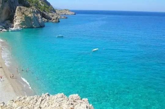 l'eau claire de l'île de karpathos au large de la grèce.