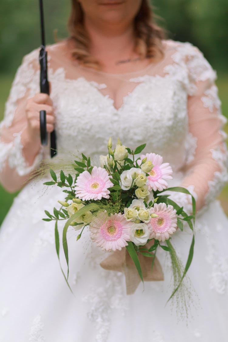 La mariée tient un bouquet de fleurs à Bournezeau (Vendée)
