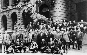 Die Gründungsmitglieder im Jahre 1917 vor den berühmten Löwenstatuen am Art Institute in Chicago