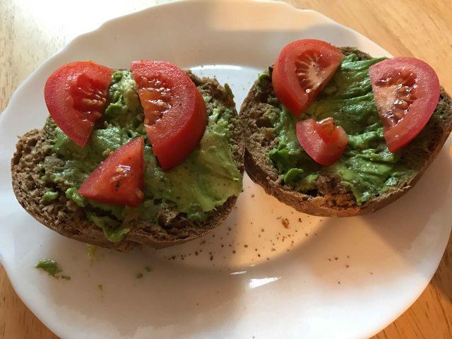 lipoedem mode Full Day of Eating – Lipödem-Ernährungstagebuch Vollkornbrot/Brötchen mit Avocado und Tomaten