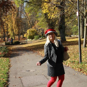 lipedema fashion lymphedema ursula thomé anra compression cherry red medi swarovski outfit bestager blogger