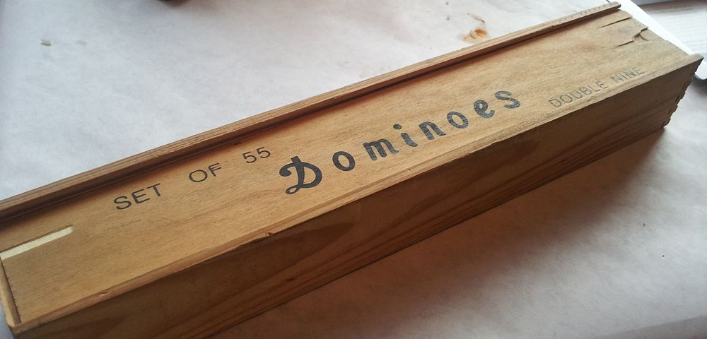 Wooden case of Dominoes, 55-piece double-nine set