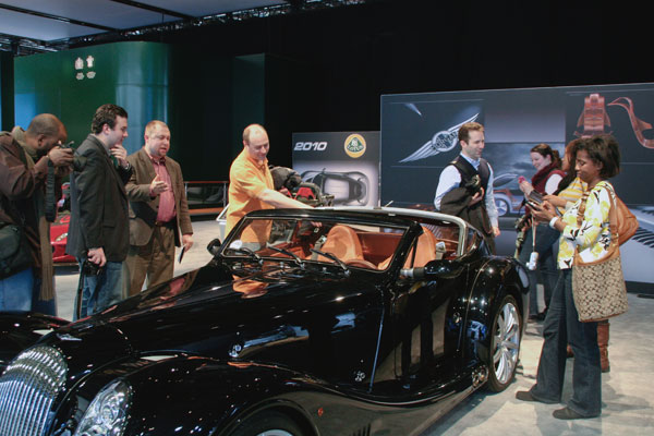 Tweeple gather around a fantastic-looking Bentley at the auto show