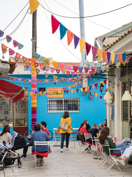 Gekleurde vlaggetjes bij café Red Dot in Lefkas-stad.