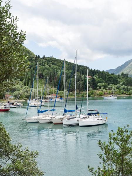 Het uitzicht op aangemeerde bootjes bij Geni.