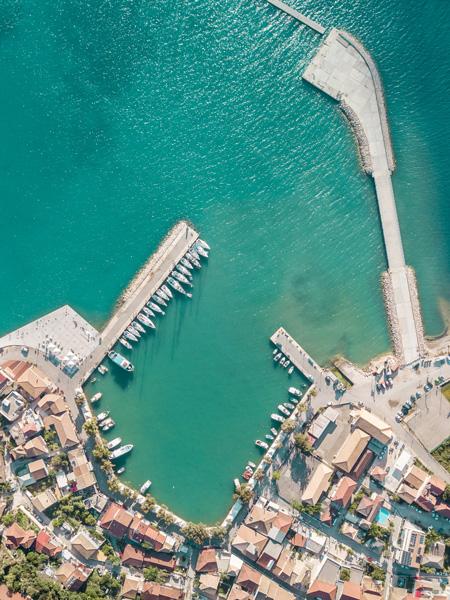 Dronefoto van het haventje van Vasiliki.